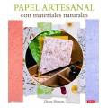 Papel artesanal con materiales naturales